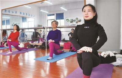 练瑜伽成为老年人健身项目