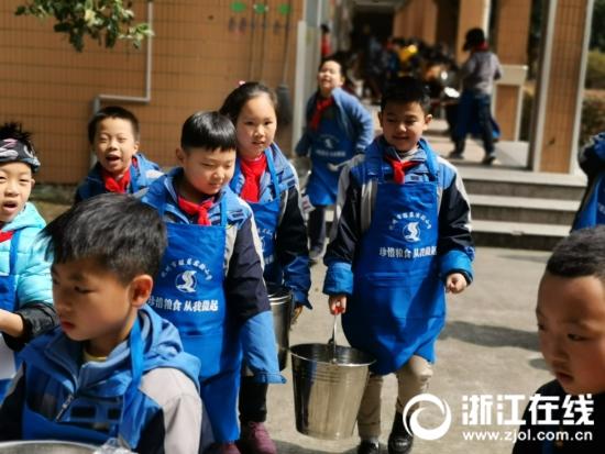 杭州一小学伙食费每月省下6000块 学生却吃得更满意