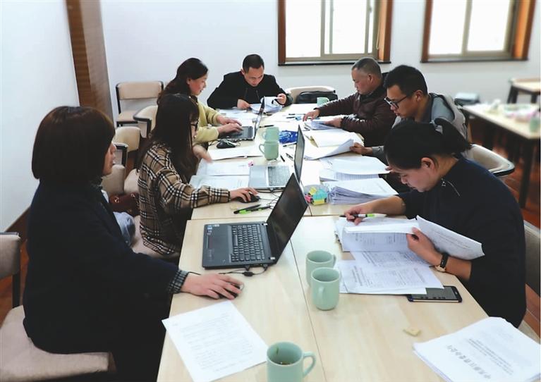 提案组工作人员对收到的委员提案进行整理