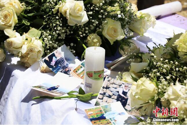 埃塞航坠机悼念仪式 为逝者堆起衣冠冢