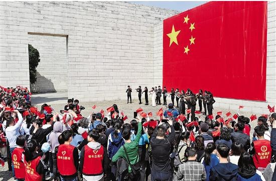 """良渚博物馆上演""""快闪"""" 唱响""""我和我的祖国"""""""