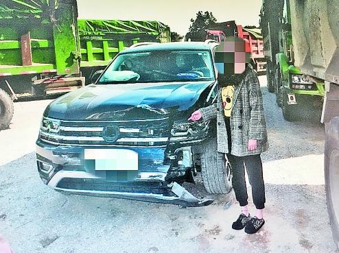 单方肇事事故_且现场还有其他车辆的碎片,说明这并非是一起单方交通事故.