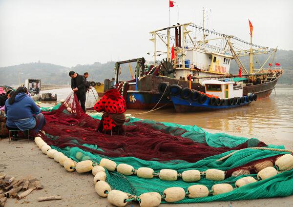 修补渔网备出海