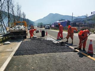 县公路管理局进行公路养护工作