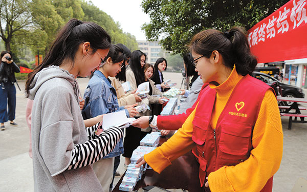 市疾控中心组织工作人员走进台州学院开展结核病防治宣传活动