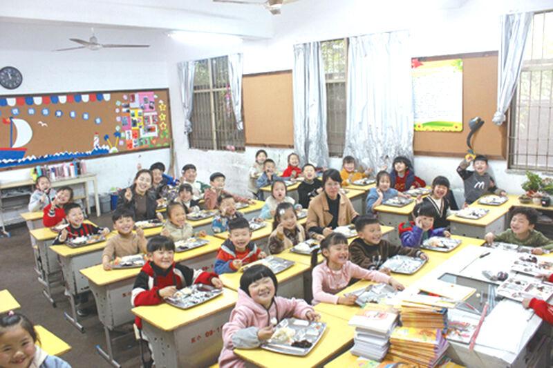 教师、家长陪餐,学生用餐更放心