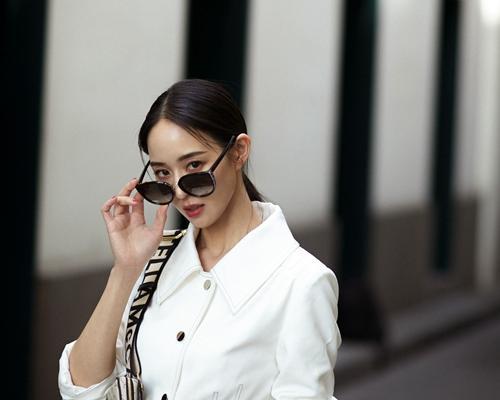 张钧甯全白连衣裙温柔大气 玩转春季时髦穿搭