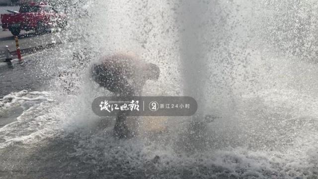 屏息26秒海宁大叔顶着十多米的高压水柱关阀门