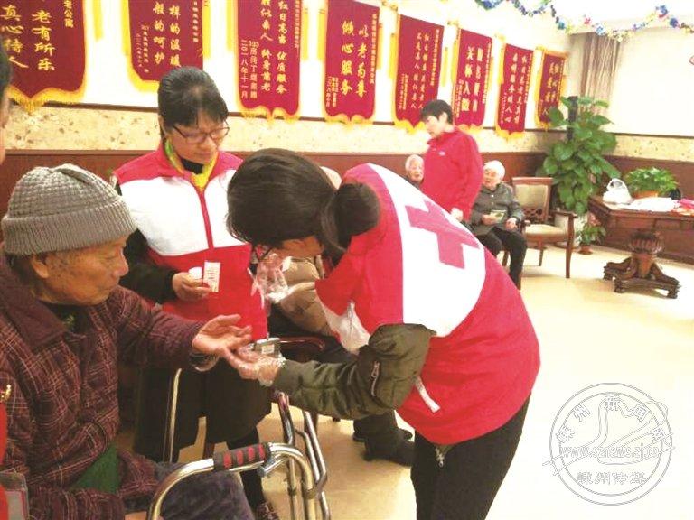 志愿者上门服务老人