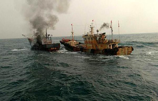 """马力全开搏浪10海里 坎门2艘渔船紧急营救温岭""""无主火船"""""""