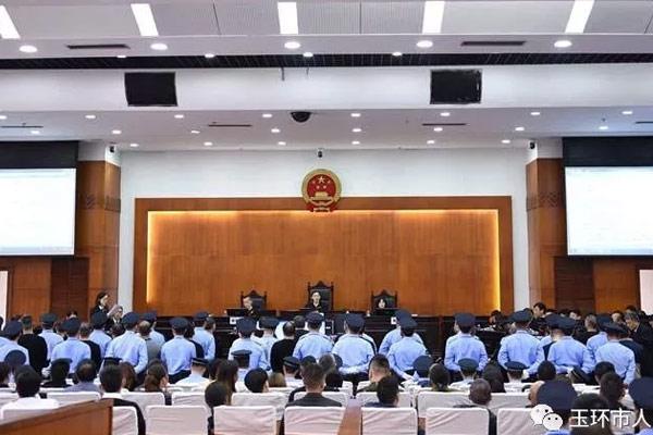 """扫黑除恶丨玉环法院公开开庭审理郑官顺(绰号""""老五瓜"""")等28人涉黑案件"""