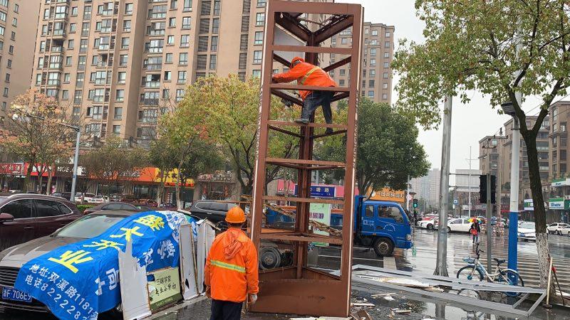 """南湖区向违法户外广告牌发起""""清零""""总攻 赢得居民点赞"""
