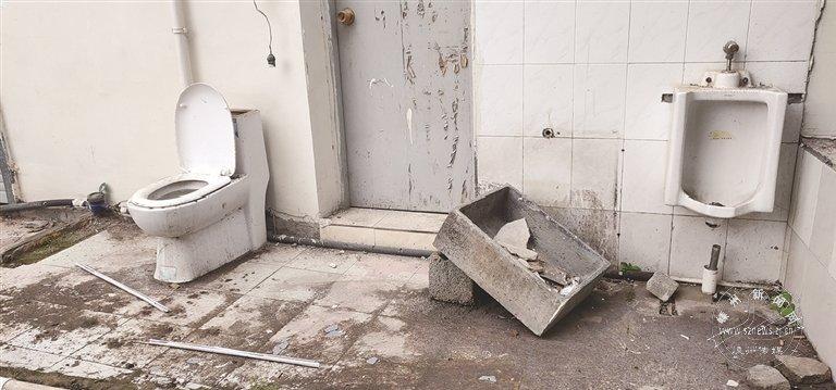 """巷口""""厕所遗址""""又臭又脏"""