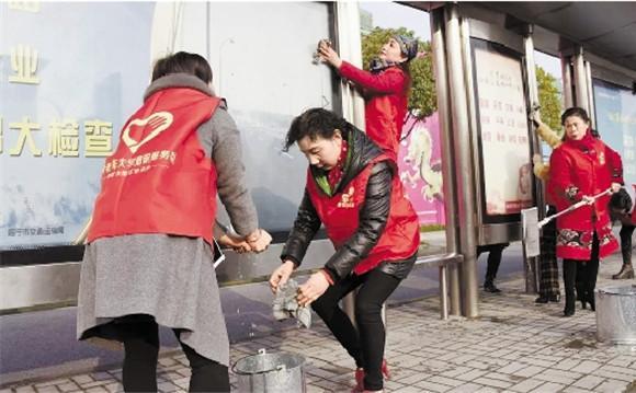 """海宁""""银立方""""潮银服务队:志愿服务让""""夕阳""""分外红"""