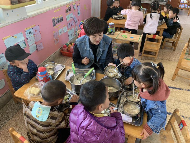 """安吉縣:學校領導""""陪餐""""強化責任 確保學生用餐安全"""