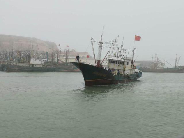 爭分奪秒 嵊泗縣枸杞鄉漁民救助7名落水船員安全回港