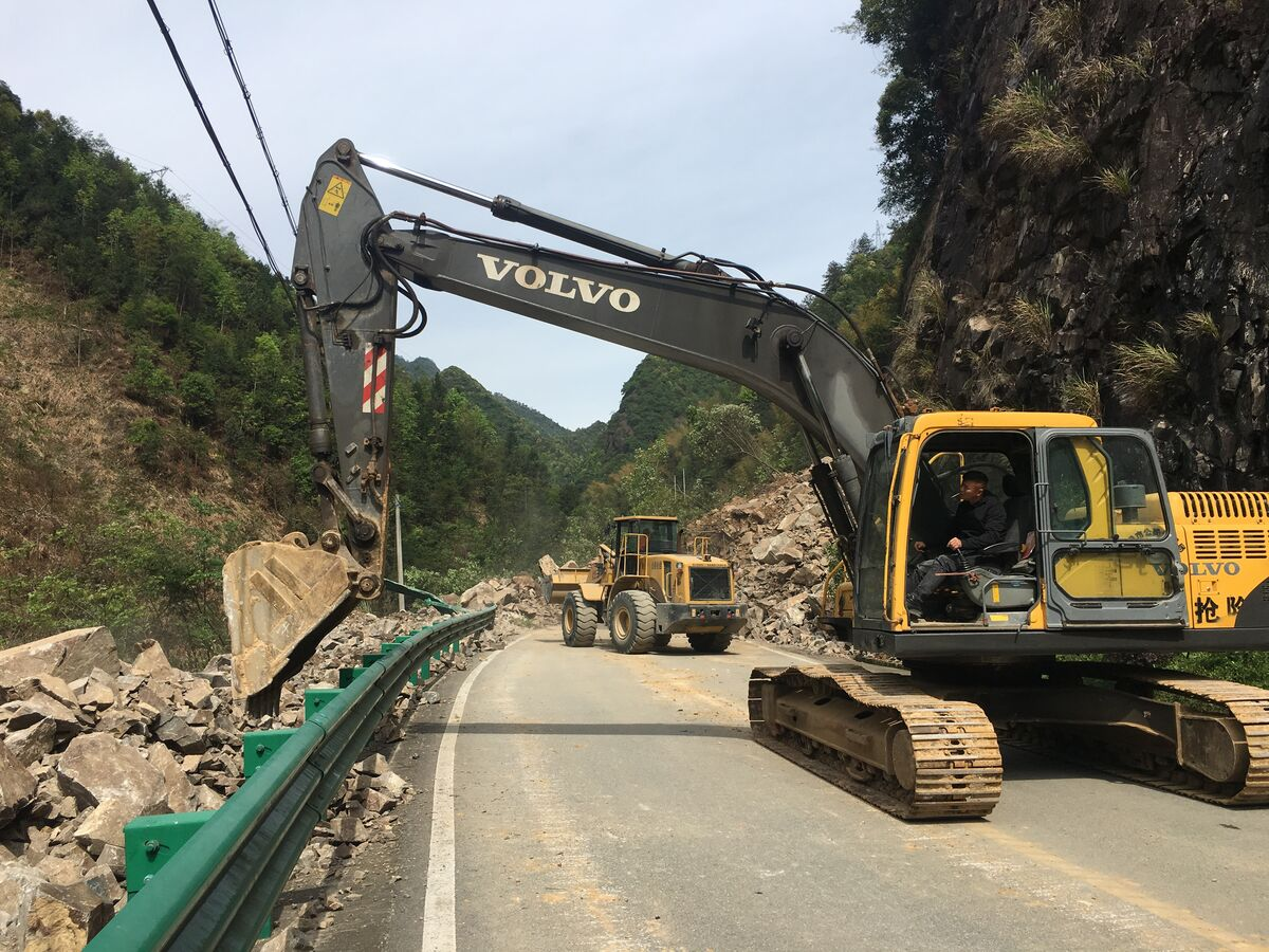 新51省道21k十500米处的半山地段发生边坡坍方