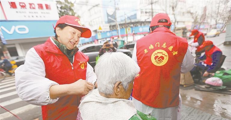 """浙江余姚""""银辉""""志愿者点亮文明新元素"""