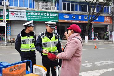 县公安局交警大队持续狠抓未按规定佩戴安全头盔专项整治行动