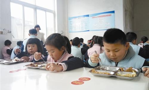 让小学生吃饭时当哑巴,学校太简单粗暴了