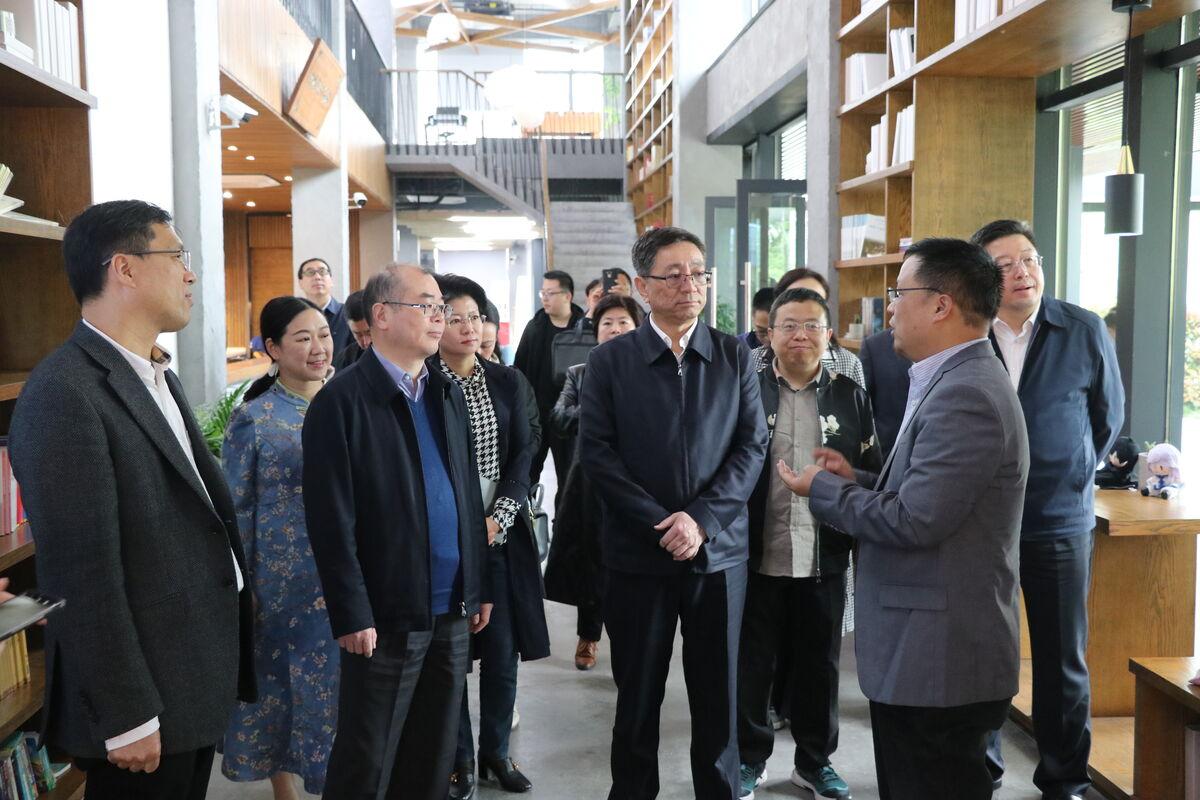 内蒙古自治区党委常委、宣传部长白玉刚一行考察中国网络作家村
