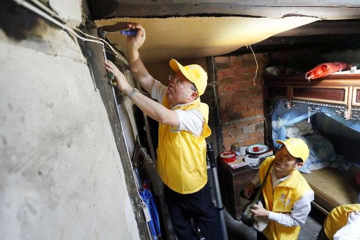 万盏明灯送入千户 宁波志愿者为困难家庭改造翻新电路