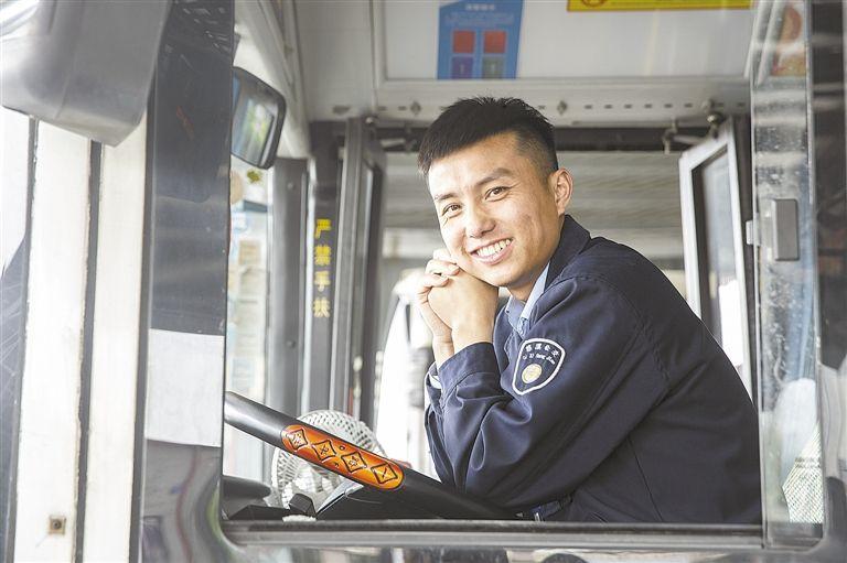 """慈溪帅气公交司机这样炼成""""网红"""""""