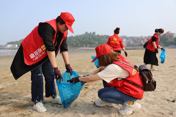 坎门街道青年志愿者洁净后沙滩