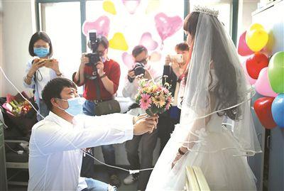 鄞州小伙在病房向白血病女友求婚