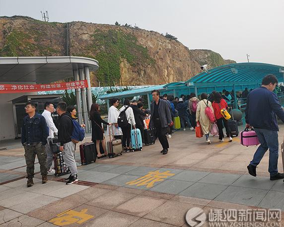 五一小长假第一天 李柱山客运码头迎来客运高峰