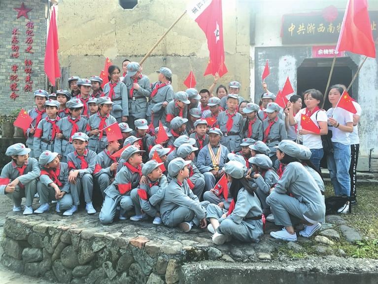 住龙镇西井村老交通员给学生讲述革命故事
