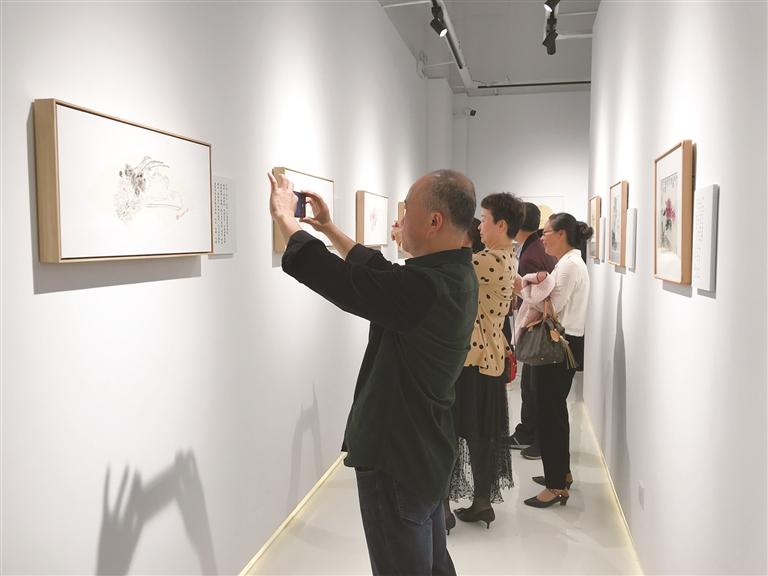 市民孙慧芳举办个人微画展