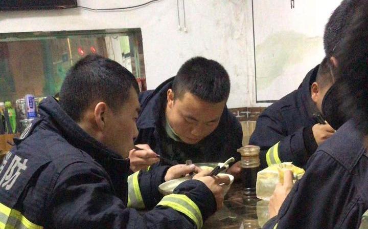 14個寧波硬漢凌晨吃了14碗面老板卻不肯收錢 真相暖心