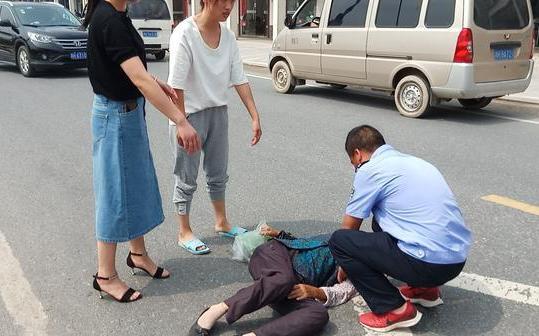 七旬老人街头突然晕倒!之后监控记录了暖心一幕