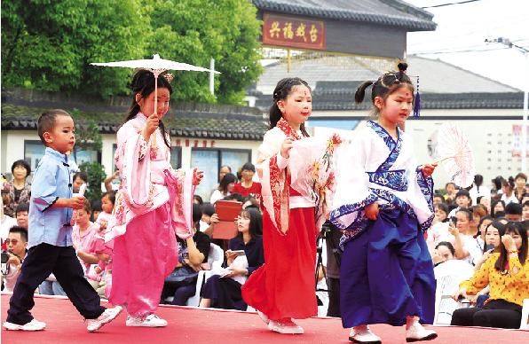 """新安镇举办首届民俗文化节: 还原古""""提篮会市"""""""