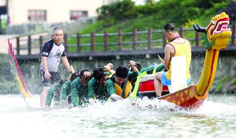 筹备文化节 操练赛龙舟