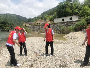 县税务局团员青年深入联系村开展环境卫生整治活动
