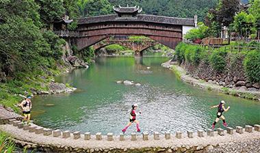 跨过青山绿水 跑进廊桥王国