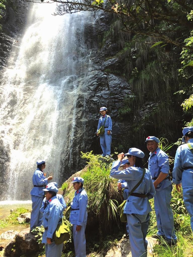 查田镇村民自发组织红军生活体验活动