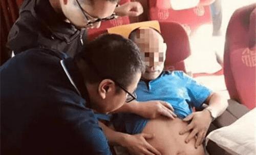 点赞!飞机上乘客突发腹痛 温州医生及时出手相助