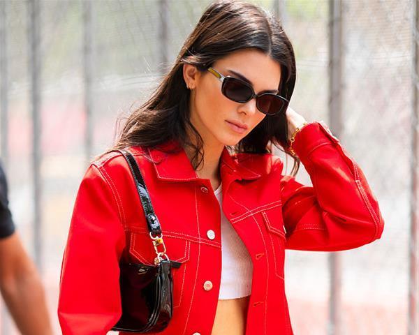 肯达尔·詹娜 硬朗红色套装靓丽率真