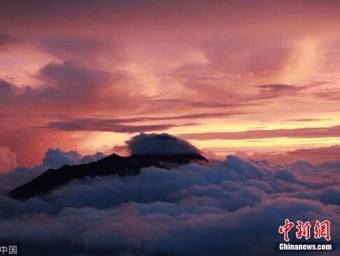 印尼日惹默拉皮火山喷发火山灰柱 高度达3000米