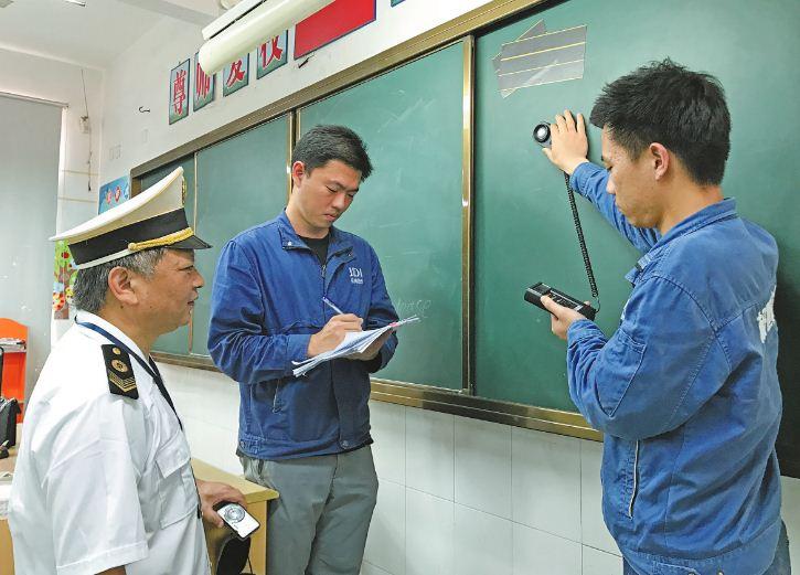 市卫生监督所执法人员和相关机构检测人员开展校园卫生检查检测