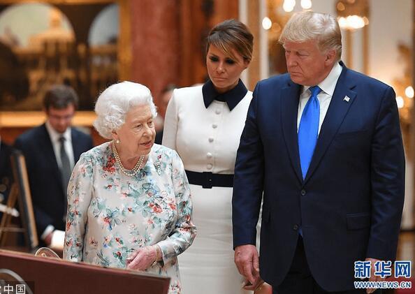 特朗普夫妇访英 女王陪同参观皇家收藏