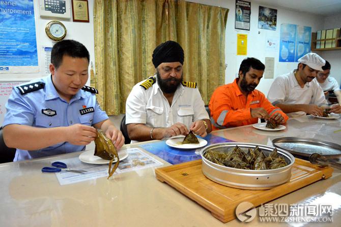 边检民警传播端午文化 送粽子给外籍船员