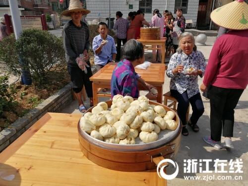 包乌米粽、捣青麻糍、做香囊 浙江农村过端午真热闹