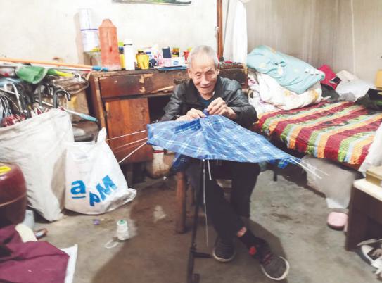 """33年如一日,浦江99岁老人为路人""""撑""""起一片天"""