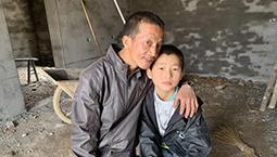 父爱如山 衢州残疾男子每天骑行近百里送儿子上学