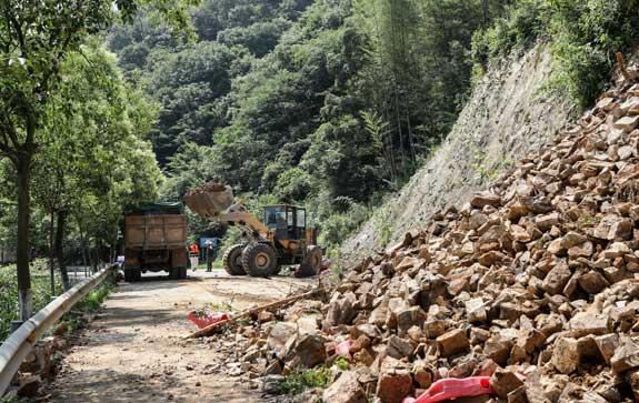 山乡道路山体塌方 公路人员及时抢险