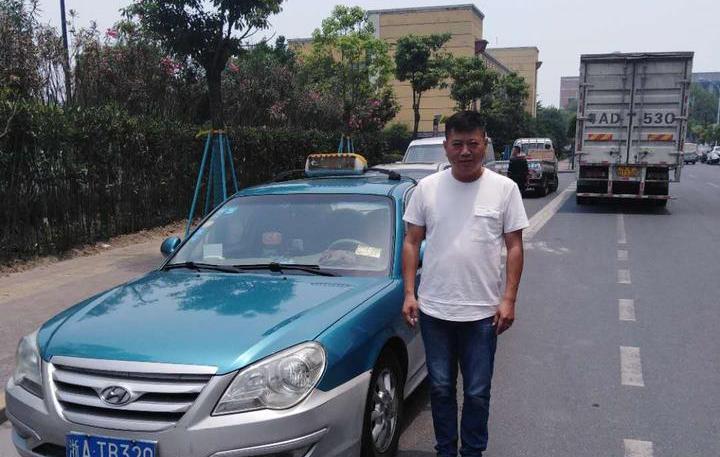 返程高峰 杭州这辆出租车却疯狂闯红灯 真相让人感动